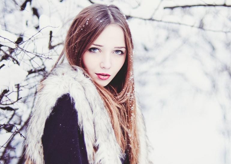 девушка в снежинках