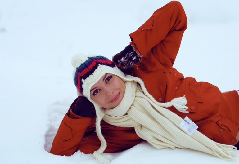Женщина на снегу