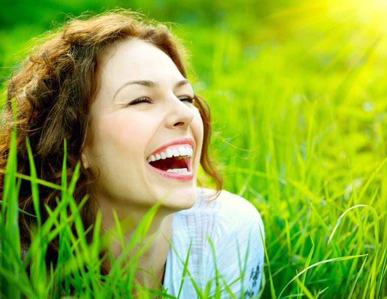 веселая в траве