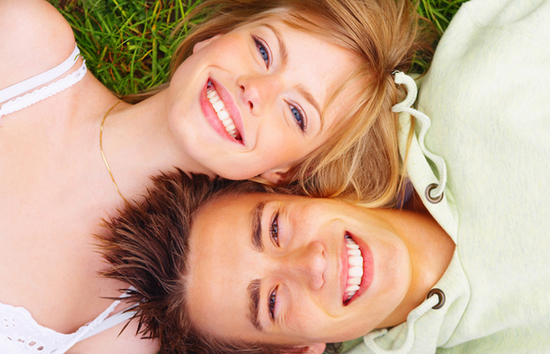 пара лежат на траве