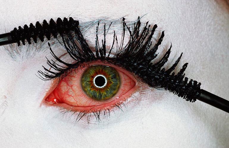 Красные глаза после макияжа